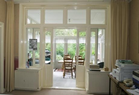 Interieur,_zicht_op_de_serre_van_de_pastorie_-_Zuidhorn_-_20414415_-_RCE